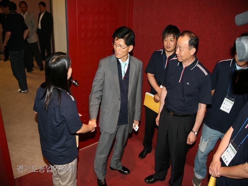김문수 도지사와 도내 신세대CEO 농업인과 간담회를 개최하여 농업전반에 관한 토론을 개최하였다.