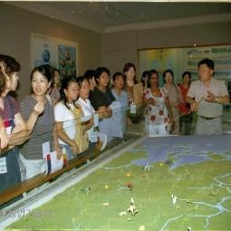 외국에서 시집온 며느리를 위한 교육해 참여한 외국며느리들이 농업과학교육관 3층 첨단과학농업관을 관람하고 있다.